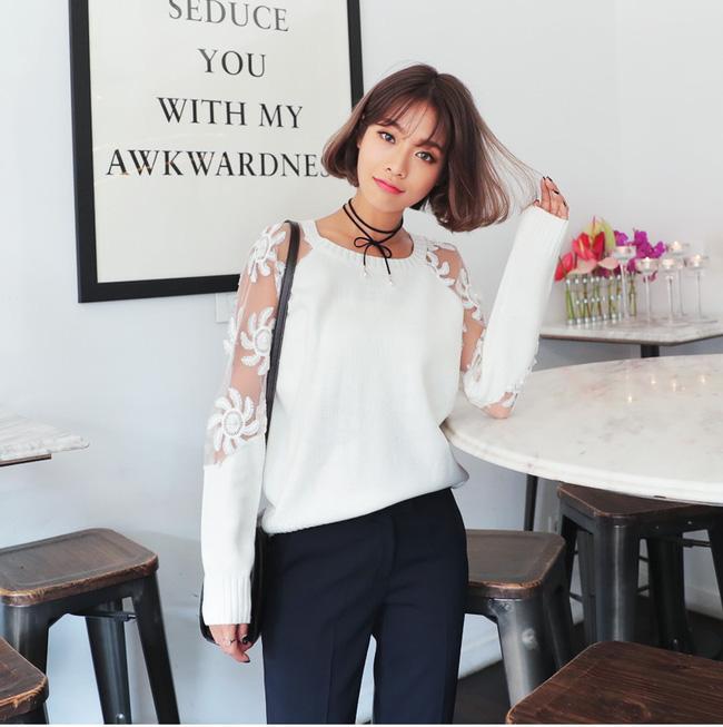 Lựa chọn áo len với thiết kế ren lạ mắt mix với quần vải sẽ là set đồ hoàn hảo cho ngày làm việc mới của bạn