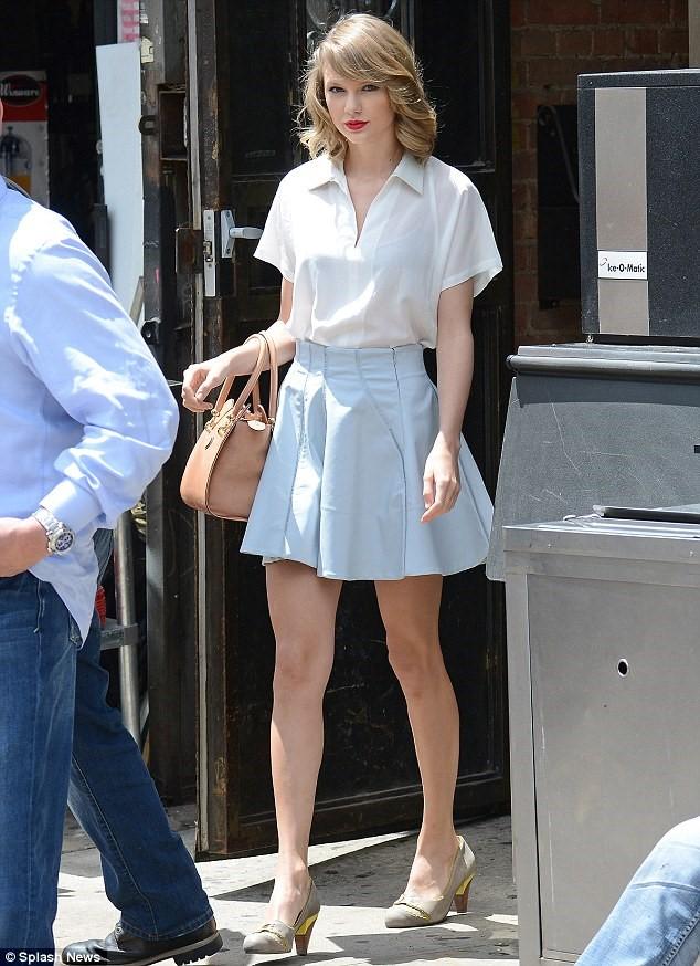 Kết hợp với chân váy xếp ly màu xanh khiến cho bạn sẽ có một set đồ hoàn hảo và ấn tượng hơn nhiều đấy nha